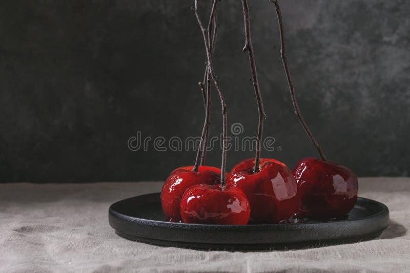 Maçãs de caramelo vermelhas fotos de stock