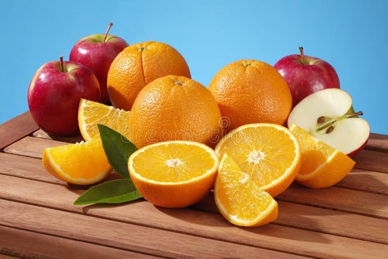 Maçãs e laranjas fotografia de stock