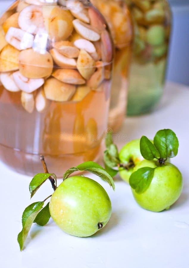 Maçãs e latas de maçãs stewed imagem de stock