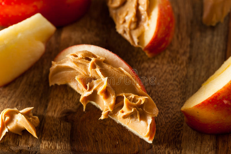 Maçãs e manteiga de amendoim orgânicas imagens de stock
