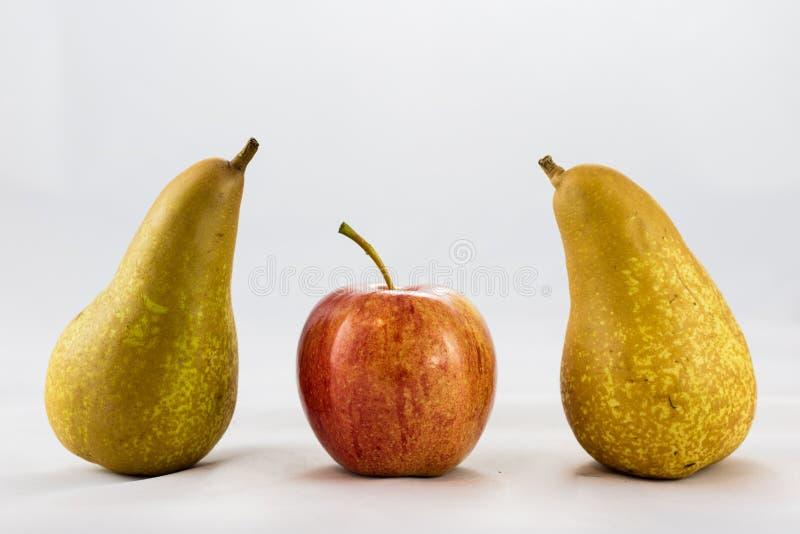 Maçãs e peras maduras deliciosas, deliciosas em um fundo branco fotografia de stock