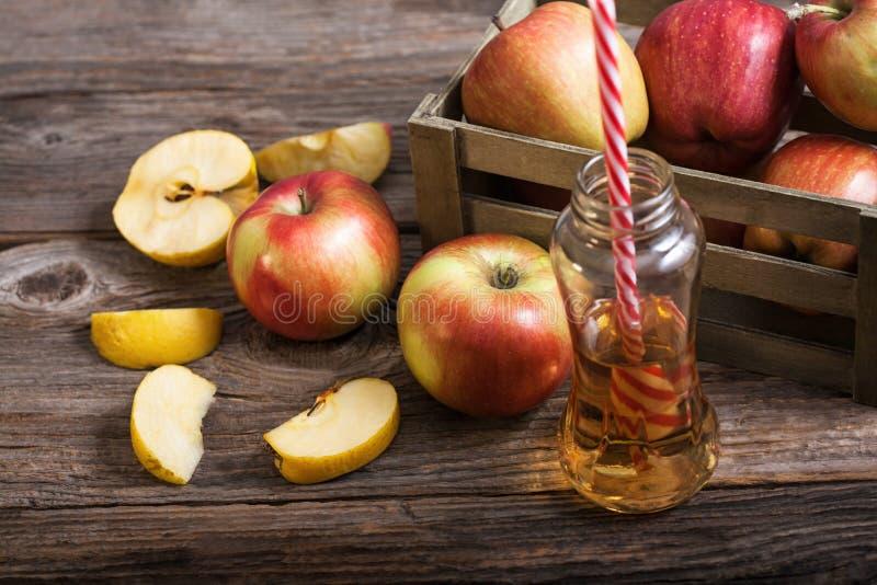 Maçãs e suco de maçã maduros foto de stock