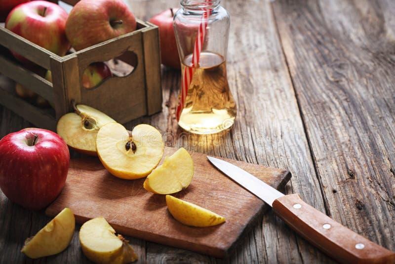 Maçãs e suco de maçã maduros imagem de stock royalty free