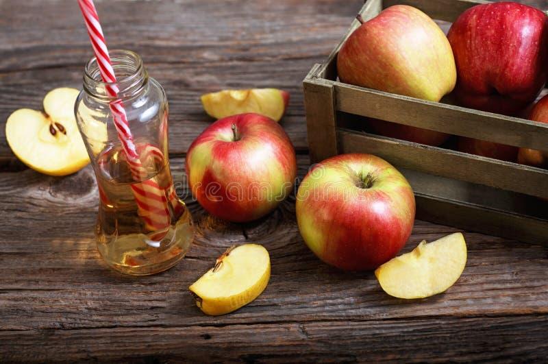Maçãs e suco de maçã maduros fotos de stock royalty free