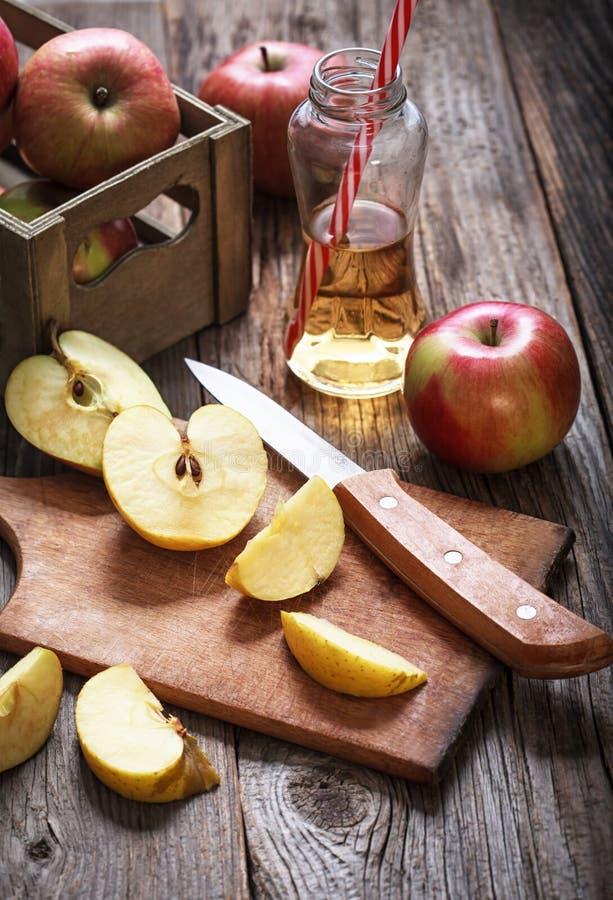 Maçãs e suco de maçã maduros vermelhos imagens de stock