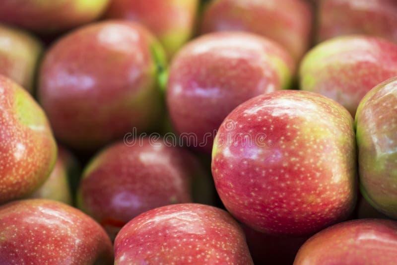 Maçãs frescas nos supermercados Fundo da fruta Foco seletivo foto de stock