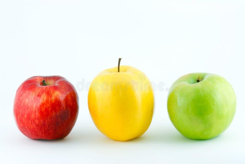 Maçãs frescas vermelhas, amarelas e verdes fotografia de stock