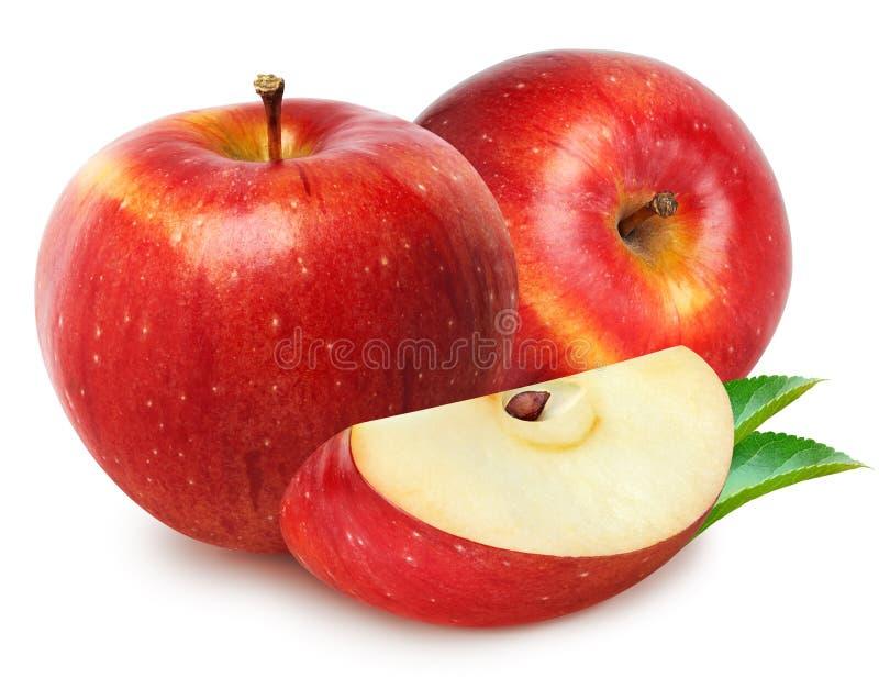 Maçãs isoladas Dois frutos vermelhos da maçã com o corte da fatia isolado em branco com trajeto de grampeamento imagens de stock royalty free