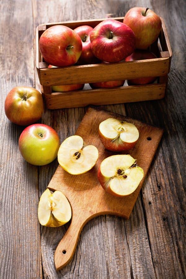 Maçãs maduras em uma tabela de madeira imagens de stock