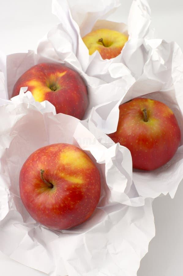 Download Maçãs no papel imagem de stock. Imagem de empacotar, vertical - 10051089