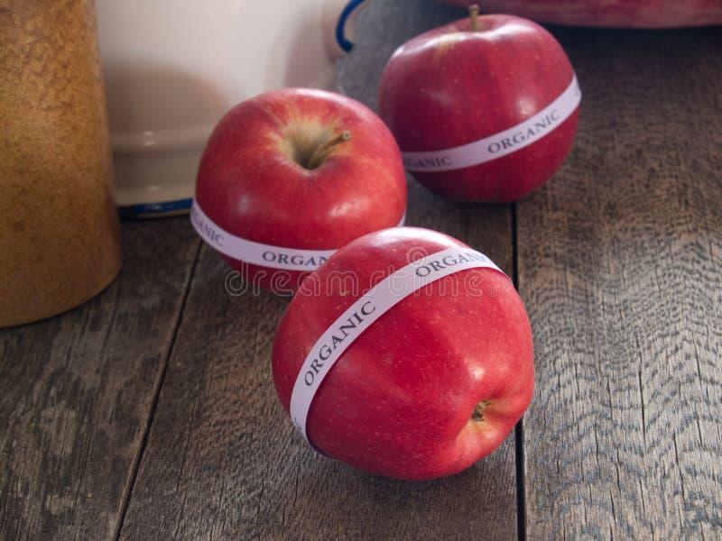 Maçãs orgânicas vermelhas imagens de stock royalty free