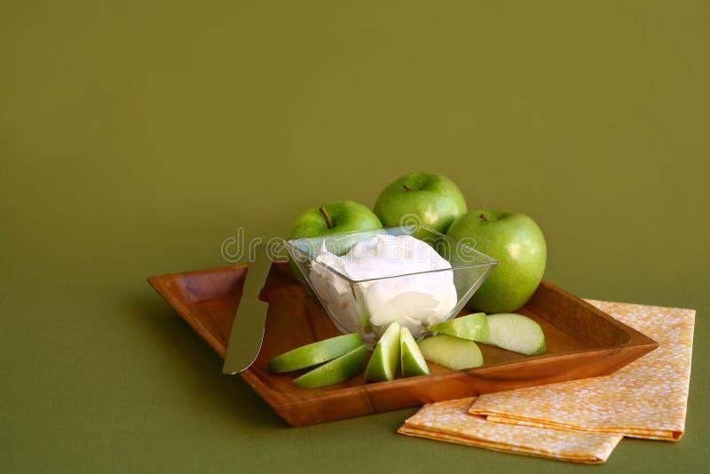 Maçãs prontas para comer em uma placa de madeira imagens de stock royalty free