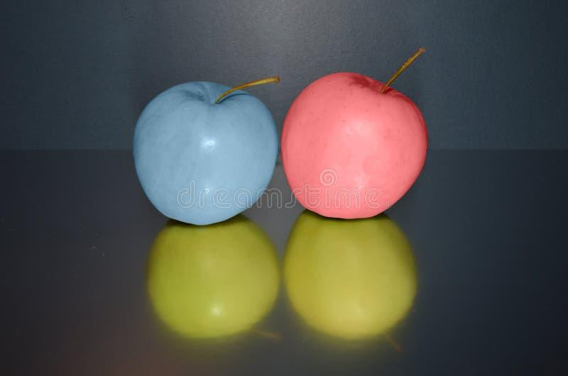 Maçãs rosa e azul da troca da cor fotografia de stock royalty free