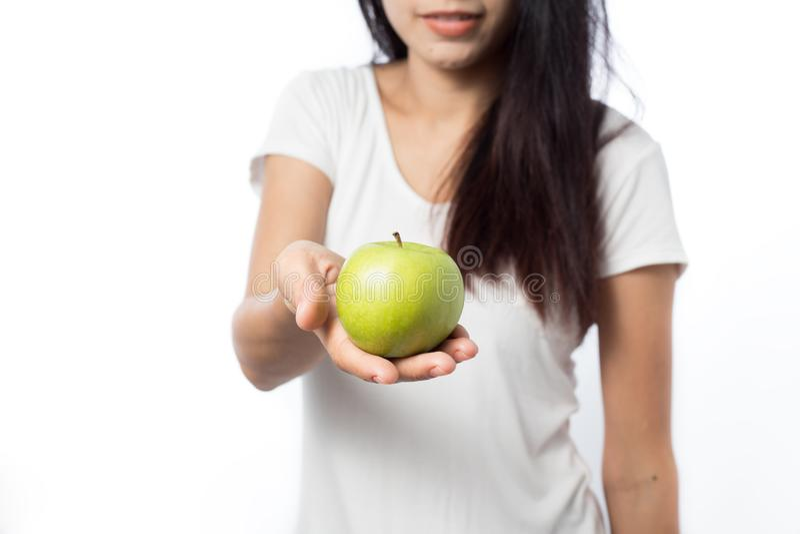 Maçãs saudáveis do verde da terra arrendada da mulher asiática do youn fotografia de stock