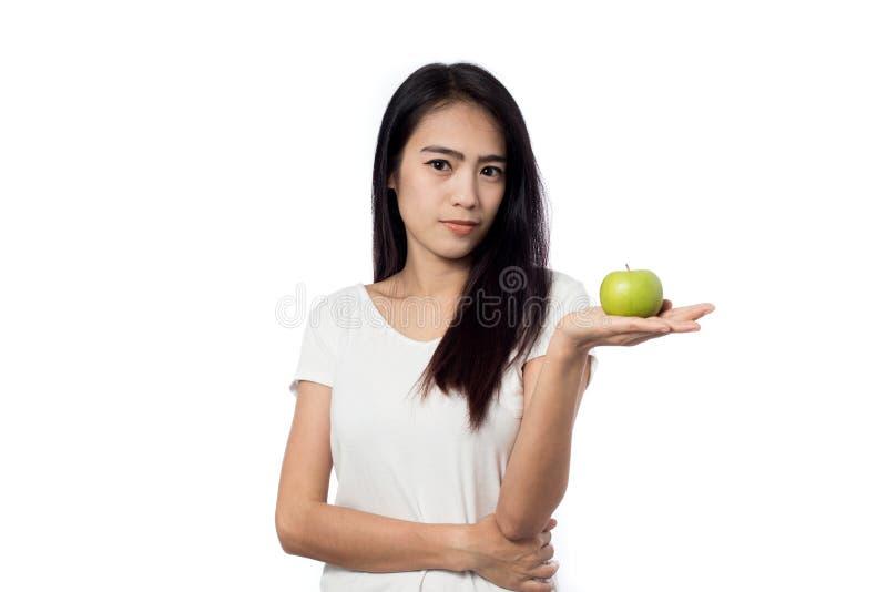 Maçãs saudáveis do verde da terra arrendada da mulher asiática do youn imagem de stock royalty free
