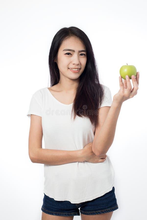 Maçãs saudáveis do verde da terra arrendada da mulher asiática do youn foto de stock royalty free