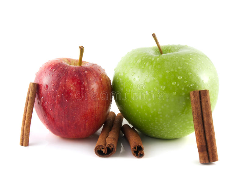 maçãs verdes e vermelhas molhadas com canela imagens de stock royalty free