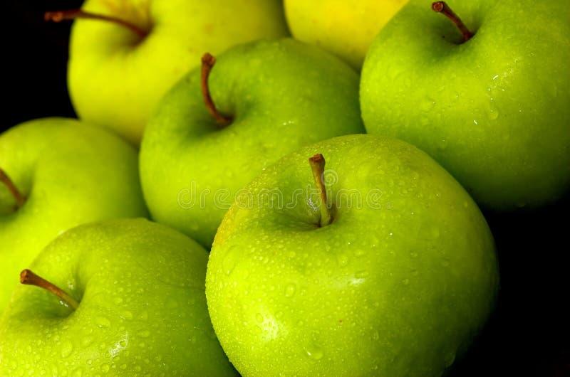 Maçãs verdes inteiras misturadas fotografia de stock royalty free