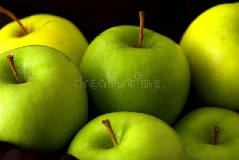 Maçãs verdes inteiras misturadas fotos de stock royalty free