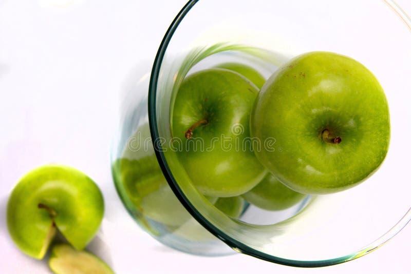 Maçãs verdes no vaso aka Fruitbowl foto de stock royalty free