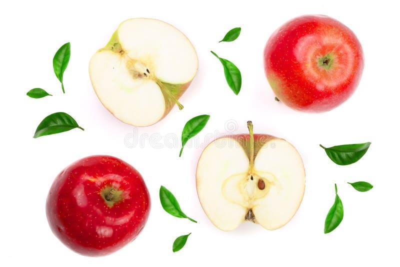 Maçãs vermelhas com as fatias decoradas com as folhas verdes isoladas na opinião superior do fundo branco Teste padrão liso da co imagens de stock