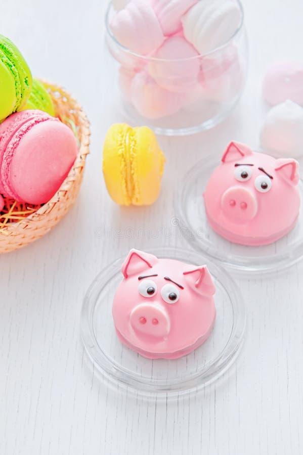 Maçapão na forma do símbolo do rosa do ano novo - porco, bolinhos de amêndoa delicados doces, marshmallows, amendoins na cor past fotos de stock