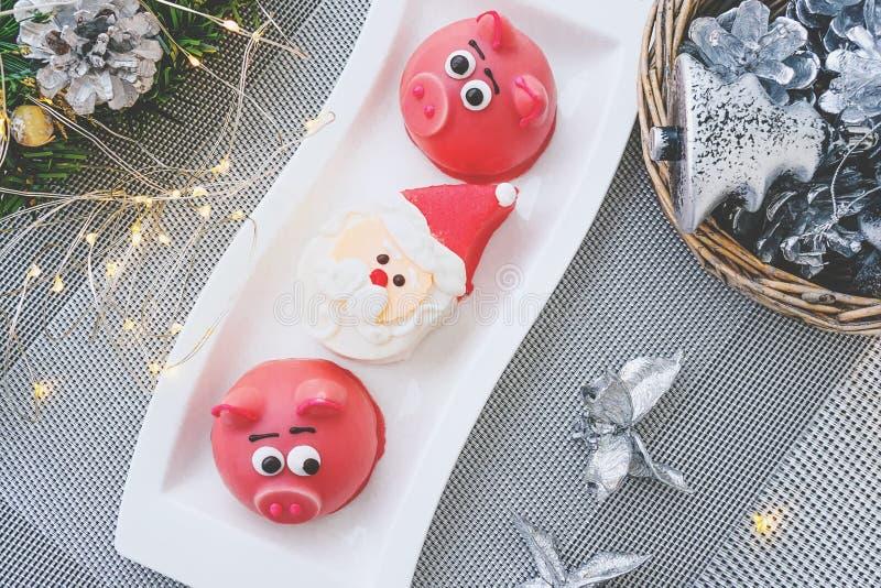 Maçapão na forma do símbolo do rosa do ano novo - porco, bolinhos de amêndoa delicados doces, marshmallows, amendoins na cor past imagens de stock