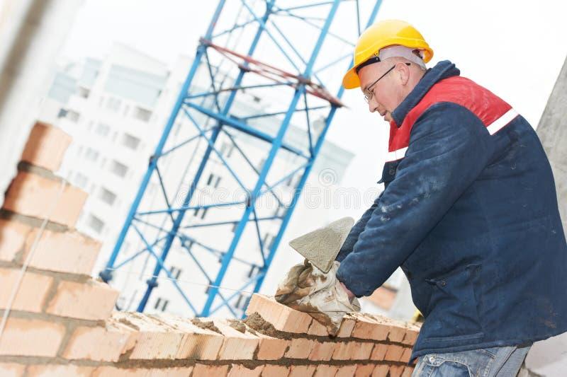 Maçon d'ouvrier de maçon de construction photo libre de droits