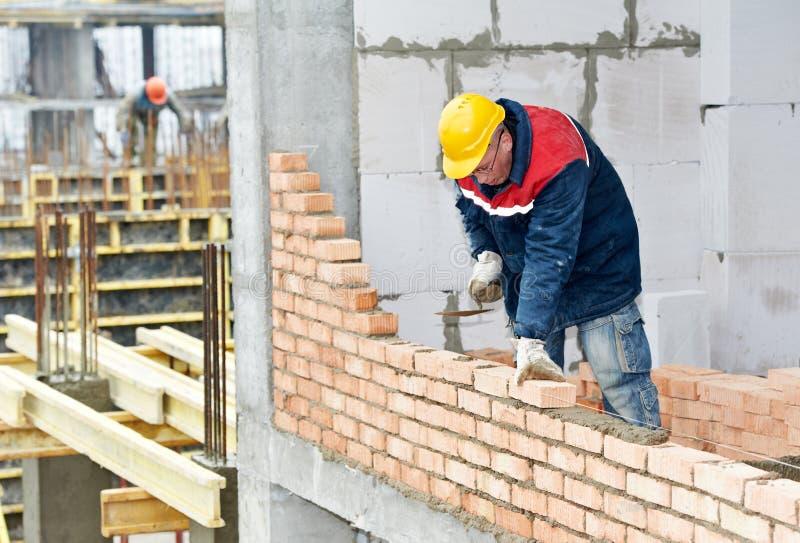 Maçon de travailleur de maçon de construction images stock