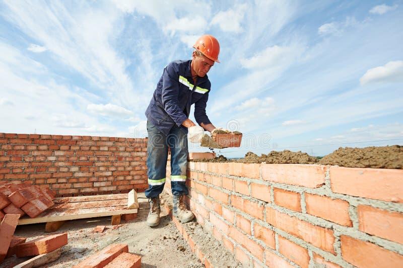 Maçon de travailleur de maçon de construction images libres de droits