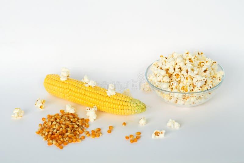 Maíz amarillo con el grano aislado en el fondo blanco fotos de archivo libres de regalías