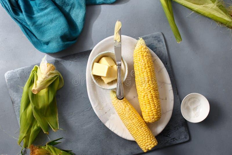 Maíz dulce crudo con receta de la sal de la mantequilla que cocina el maíz dulce foto de archivo libre de regalías