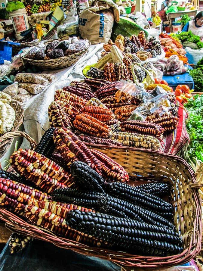 Maíz peruano en un mercado del ` de los granjeros de la pequeña ciudad foto de archivo libre de regalías