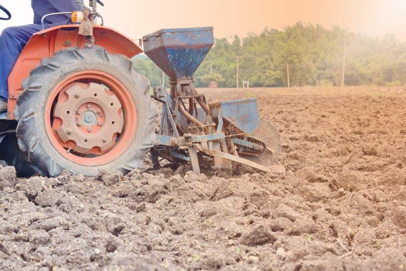 Maíz que cultiva usando la maquinaria agrícola foto de archivo