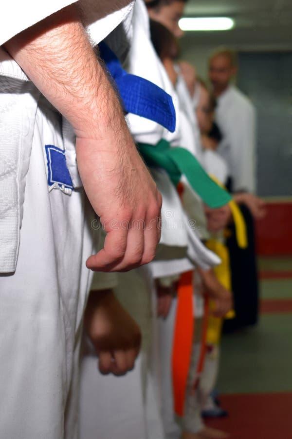 Maître d'Aikido rassembler des étudiants dans une ligne photo stock