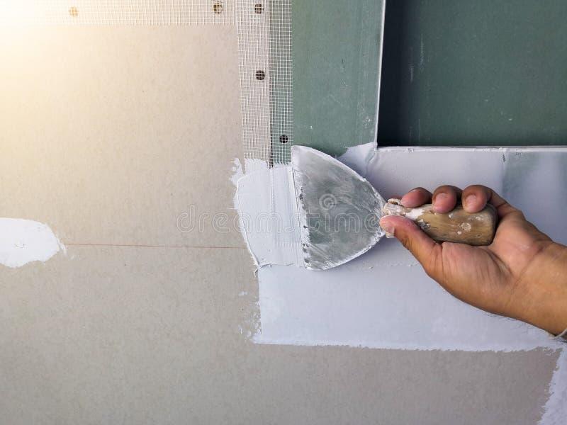 Maître de gypse - constructeur principal rénovant le plafond, profondeur de champ photographie stock