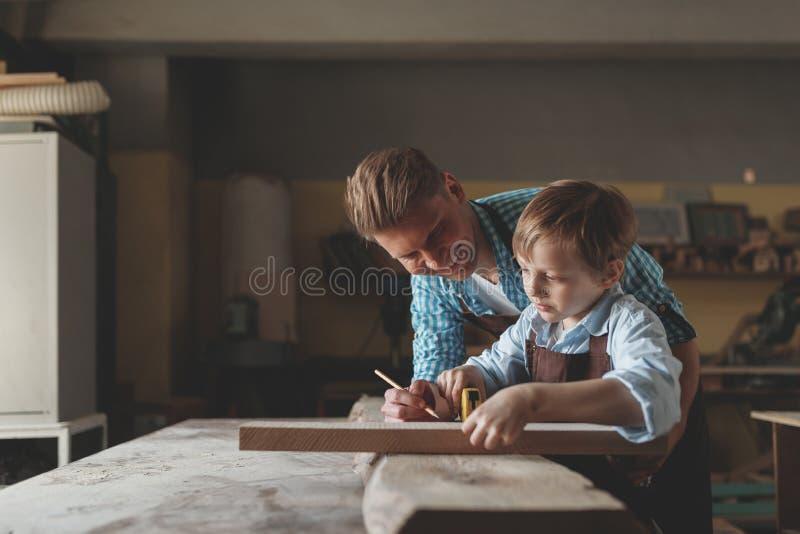 Maître et apprenti au travail images stock
