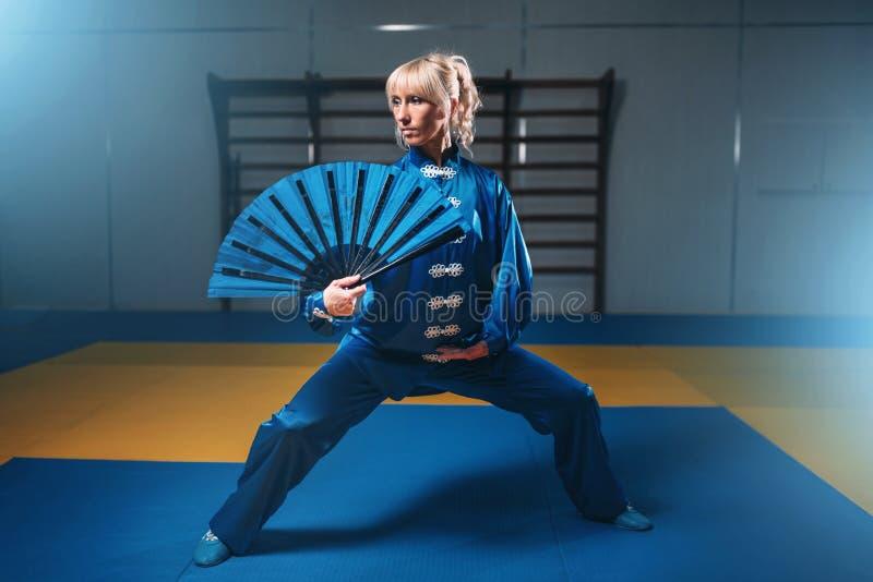 Maître femelle de wushu avec la fan, arts martiaux photos stock