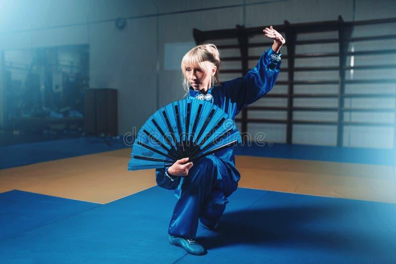 Maître femelle de wushu avec la fan, arts martiaux photos libres de droits