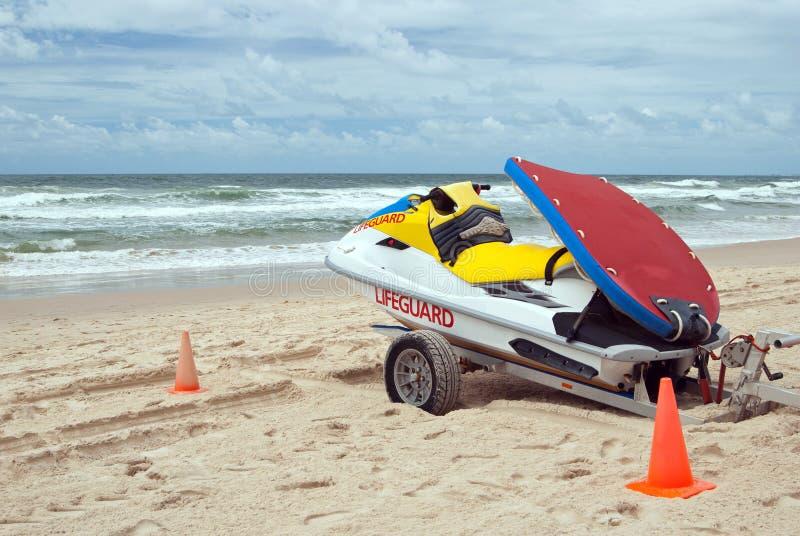 Maître nageur Jetboat sur la plage d'océan photos libres de droits