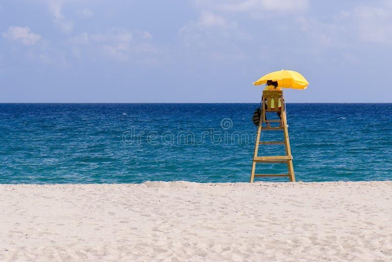 Maître nageur, plage isolée, temps ensoleillé images libres de droits