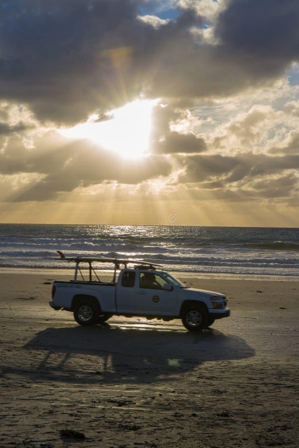 Maître nageur Truck sur la plage photos stock