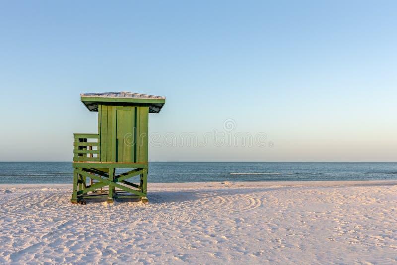 Maître nageur vert Tower sur une plage de début de la matinée image stock