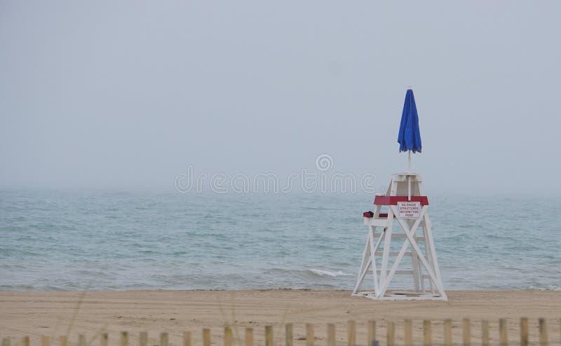 Maître nageur vide Chair - la plage est fermée photo libre de droits