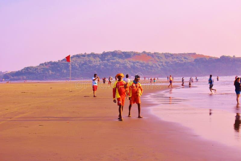 Maître nageurs à la plage de Morjim, Goa, Inde photo stock