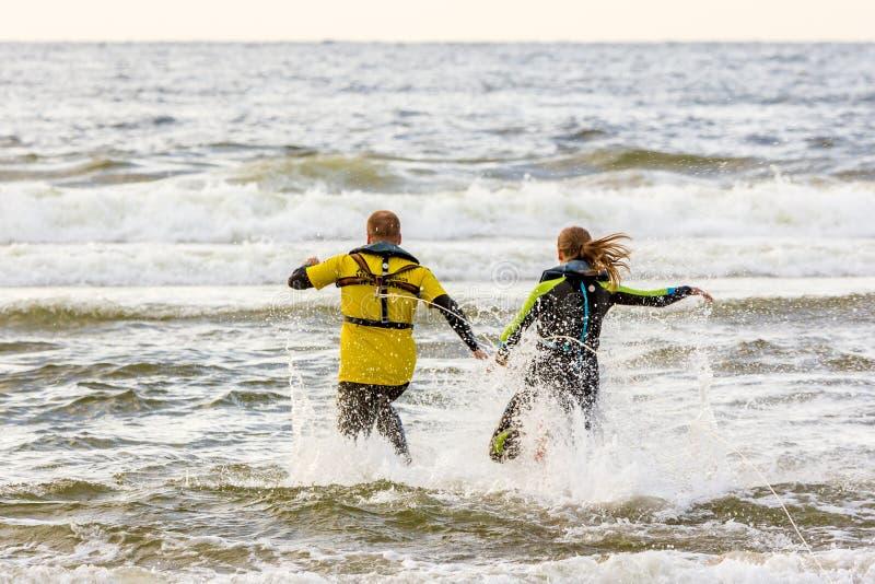 Maître nageurs néerlandais conduisant le sauvetage de ressac traing à la plage photographie stock libre de droits