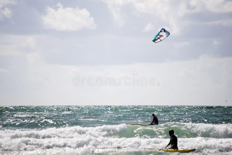 Maître nageurs observant un surfer de cerf-volant photos stock