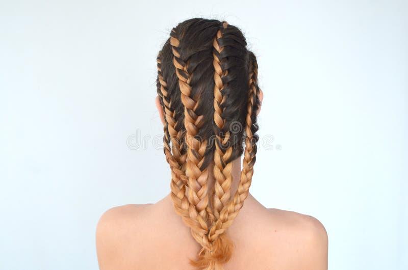 Maîtrise du tissage des cheveux avec la longue longueur des cheveux image libre de droits