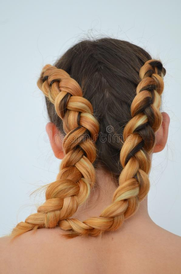 Maîtrise du tissage des cheveux avec la longue longueur des cheveux photos stock