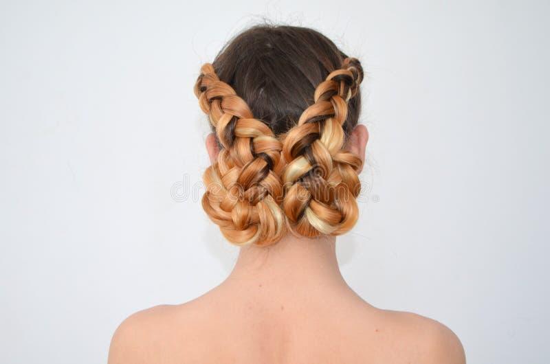 Maîtrise du tissage des cheveux avec la longue longueur des cheveux photos libres de droits